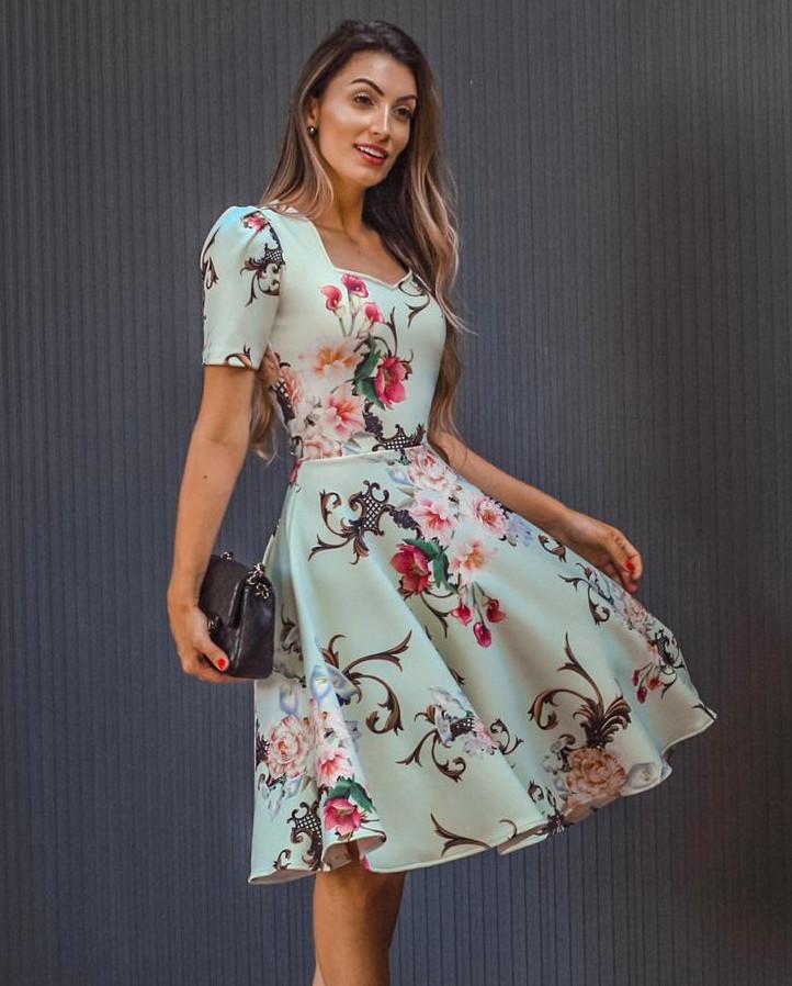 mulher de vestido midi floral